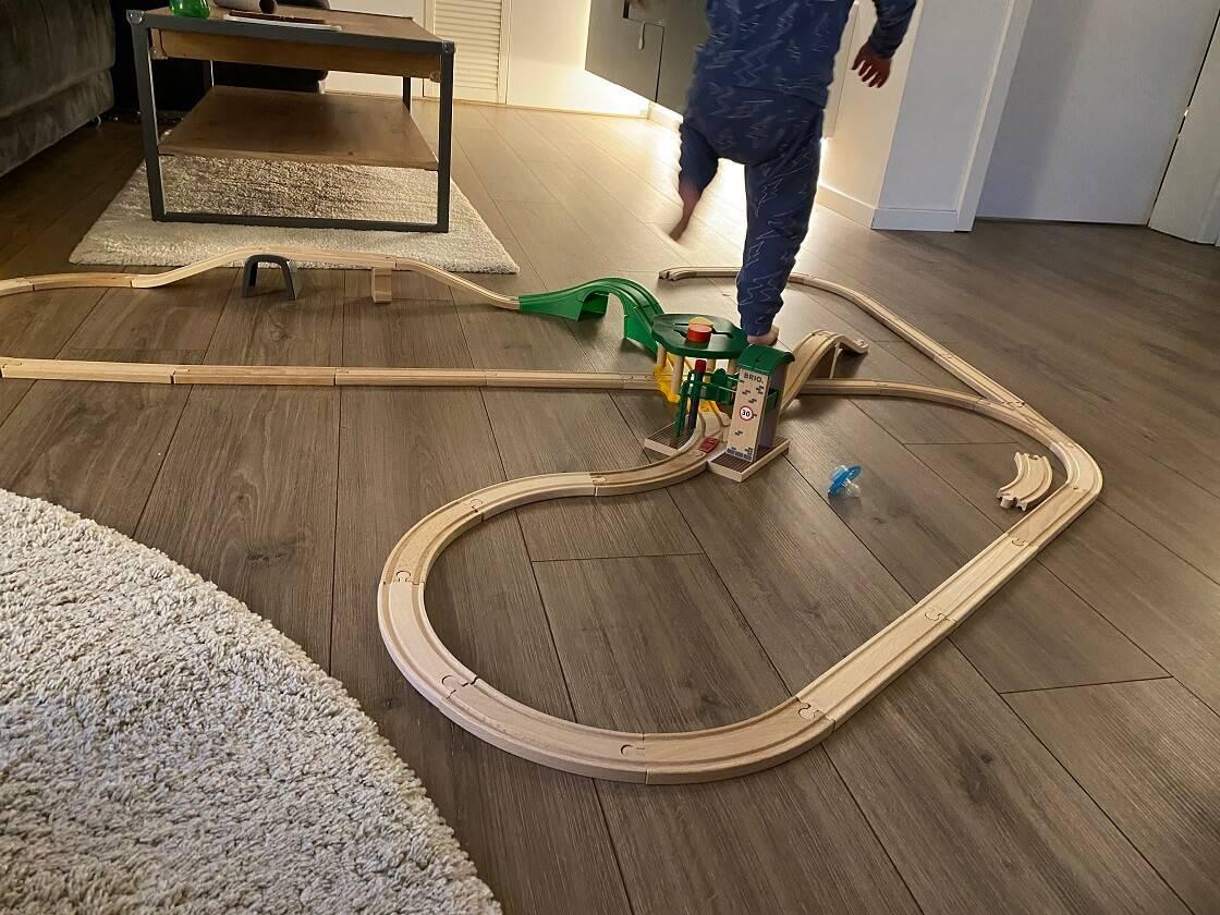 Eine Holzeisenbahn für Kinder ab 1 Jahr fördert die Motorik, das kreative Denken und ist endlos erweiterbar, weshalb sie viele Jahre verwendet werden kann