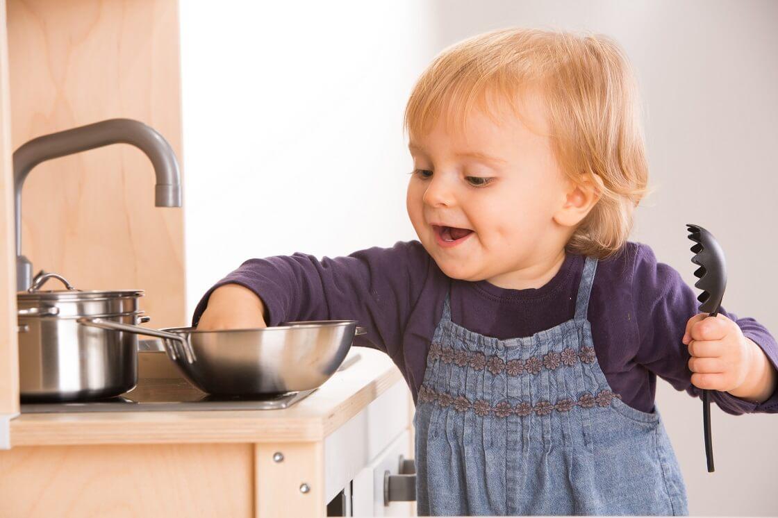 Eine Kinderküche ab 1 Jahr ist ein beliebte Geschenkidee und hat den großen Voteil, über viele Jahre verwendet werden zu können