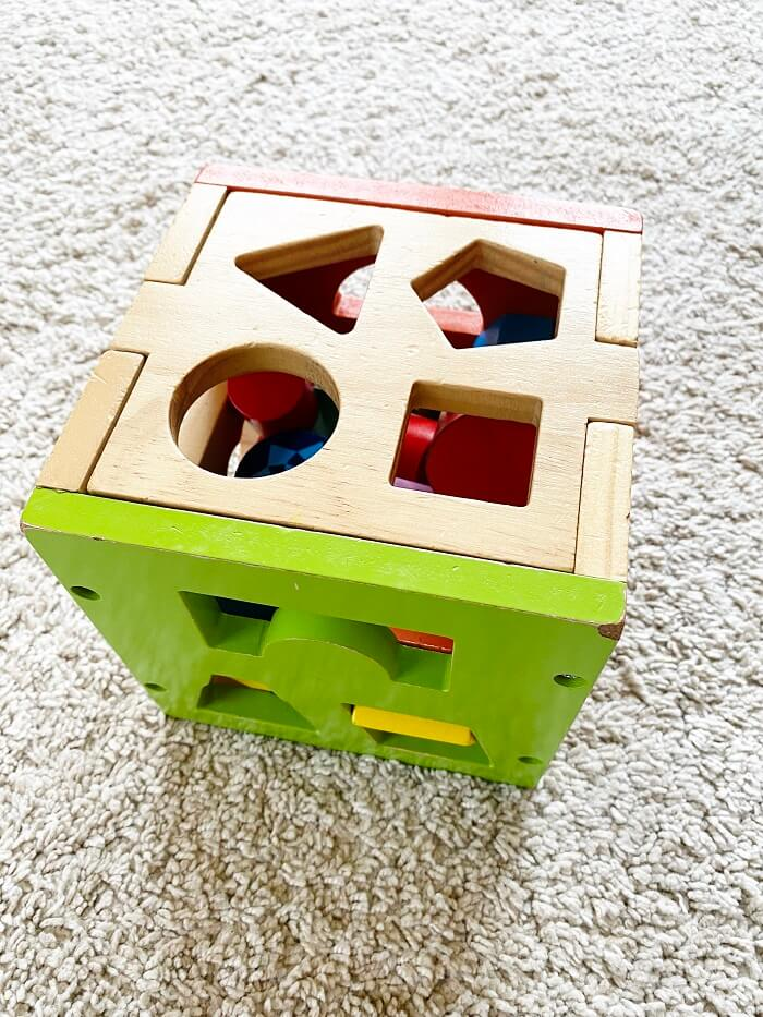 Eine Steckbox verfügt über verschiedene Öffnungen für verschiedene geometrische Formen und fördert dadurch unter anderem auf spielerische Art und Weise die Motorik von Kindern