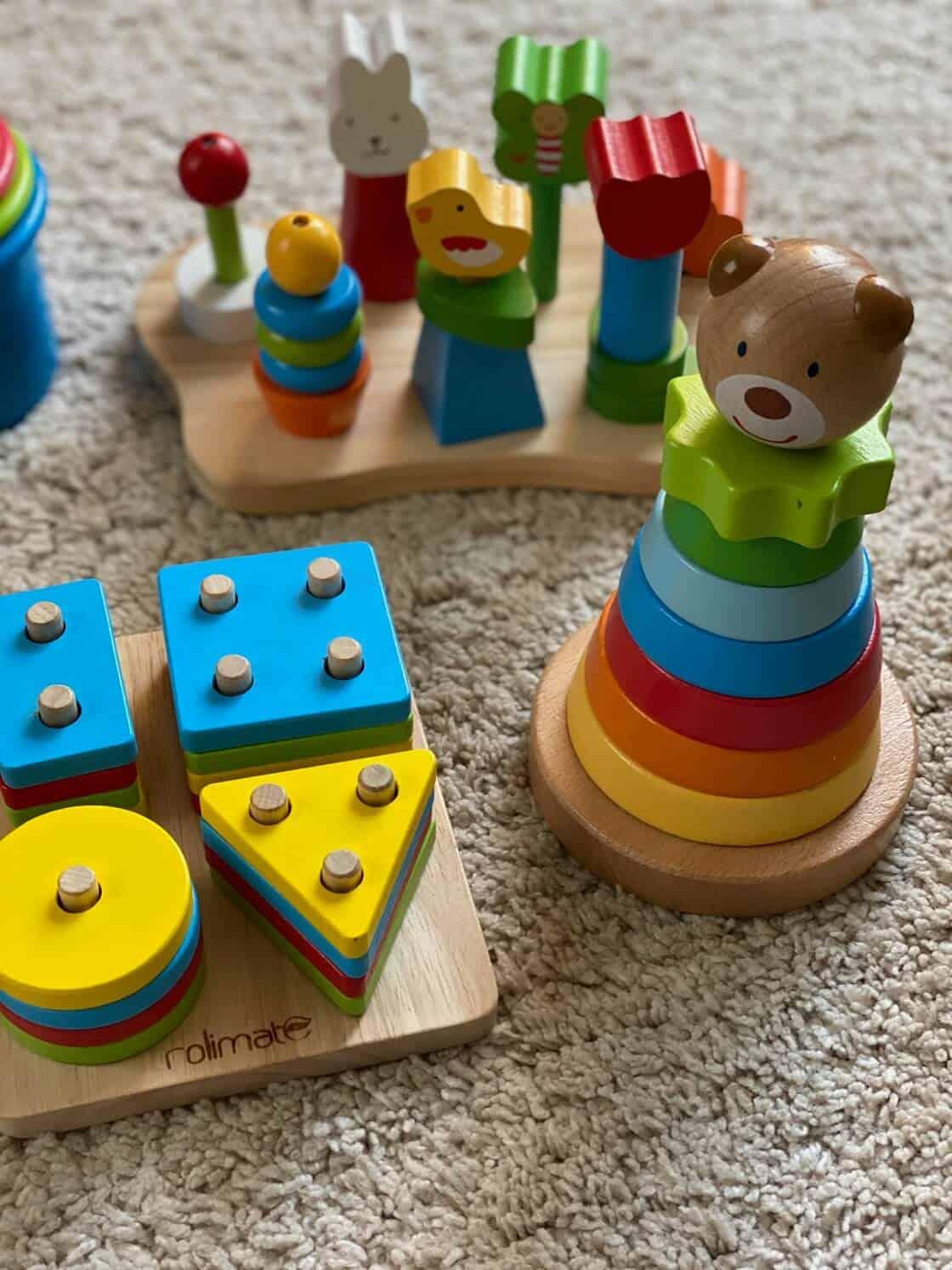 Holzspielsachen ab 12 Monate - Steckspiele aus Holz sind hochwertig, langlebig und machen dem Nachwuchs über eine sehr lange Zeit viel Freude