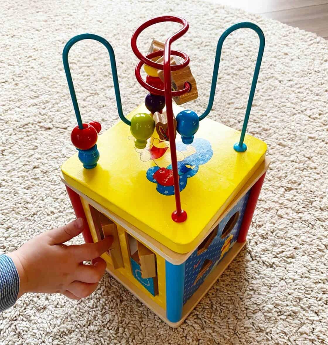 Holzspielzeug ab 1 - Mit der Motorikschleife aus Holz hat unser kleiner Mann fast ein Jahr lang immer wieder gespielt