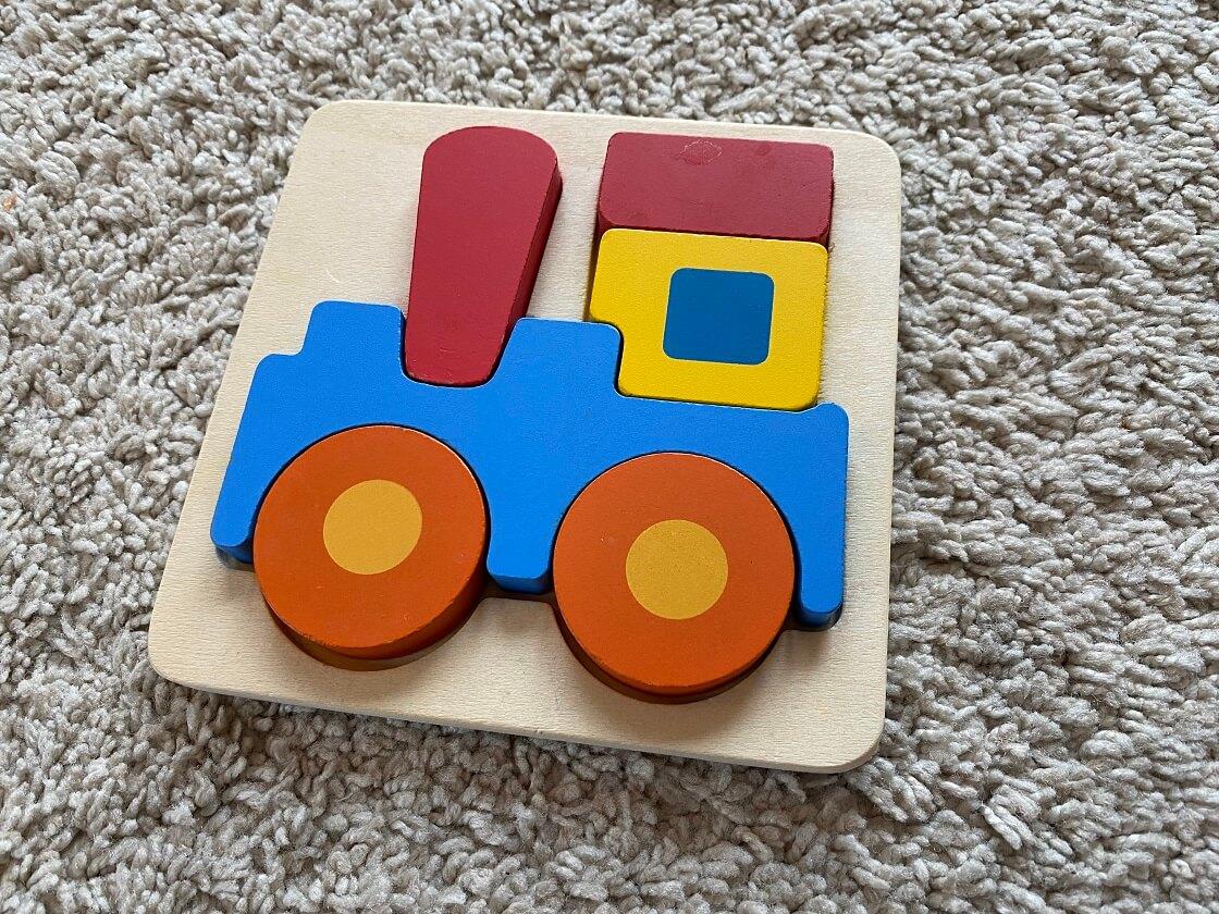 Kleine Steckpuzzle aus Holz sind super Lernspiele für 1-jährige Kinder - Sie fördern die Hand-Augen-Koordination und die Feinmotorik im frühen Alter