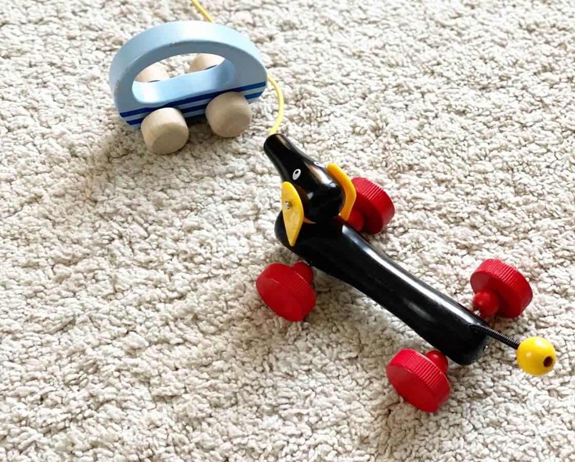 Mit einem Nachziehspielzeug ab einem Jahr unterstützt man das eigene Kind ideal beim Laufen lernen und in der Motorik_