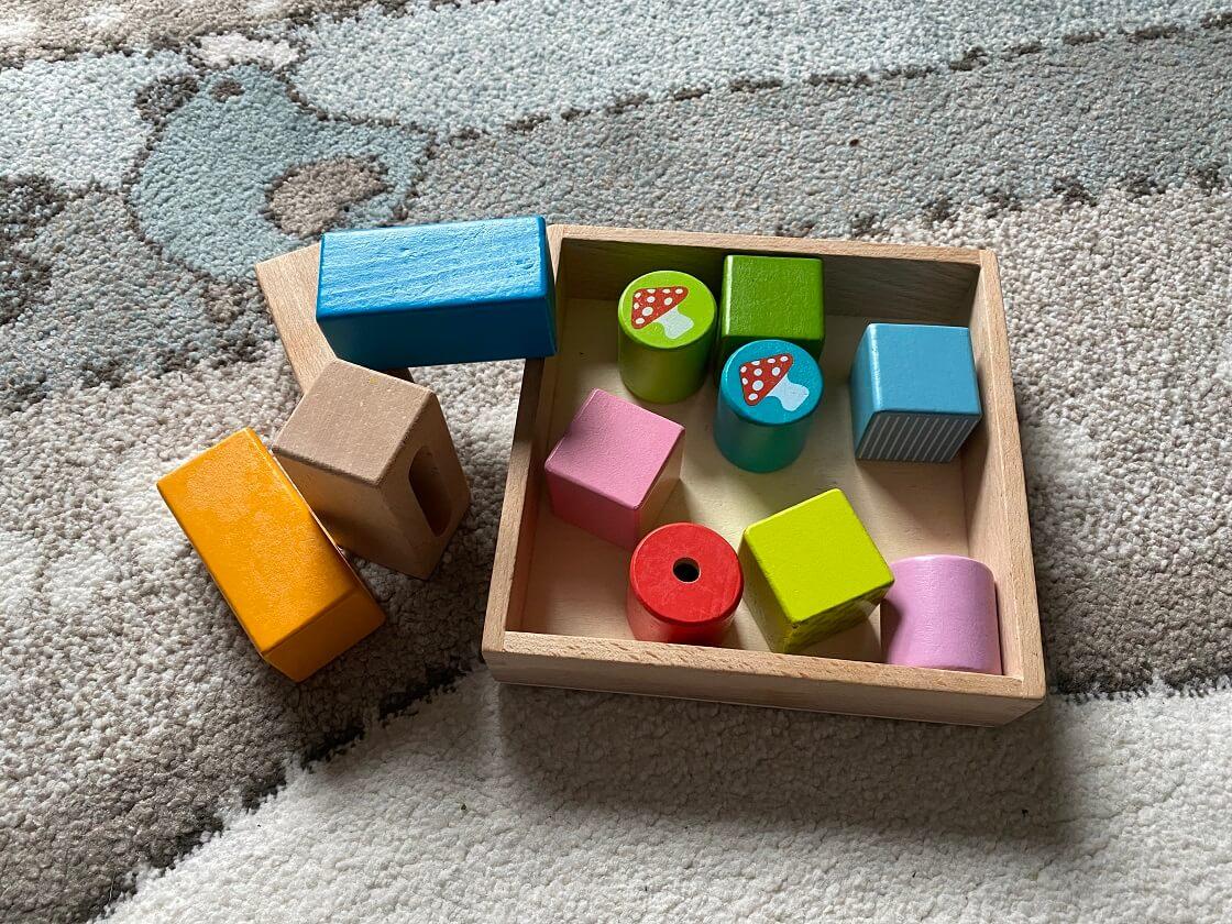 Montessori Spielzeug ab 1 Jahr - Mit Bauklötzen kann man sehr einfach zu der motirischen Entwicklung von Kindern beitragen