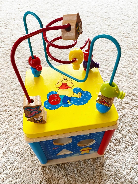 Motorikwürfel mit Schleife ab 12 Monate - Ein tolles Geschenk zum ersten Geburtstag, welches viel Spaß macht und die Entwicklung des Kindes fördert