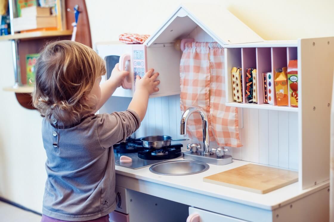 Spielküche ab 1 Jahr - Eine Krippenküche fördert motorische Fähigkeiten und das Sozialverhalten beim Spiel mit mehreren Kindern
