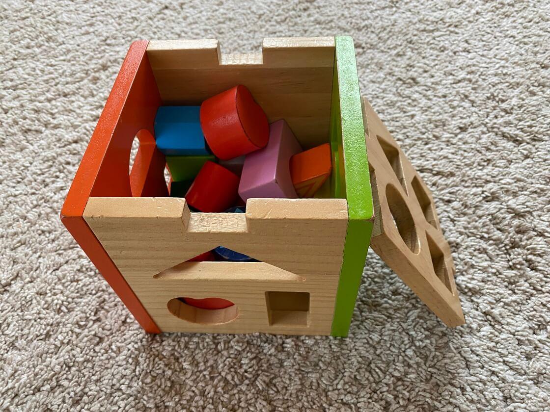 Steckboxen sind ein tolles Geschenk für Kinder ab 1 und unterstützen sie in der Entwicklung von motorischen Fähigkeiten