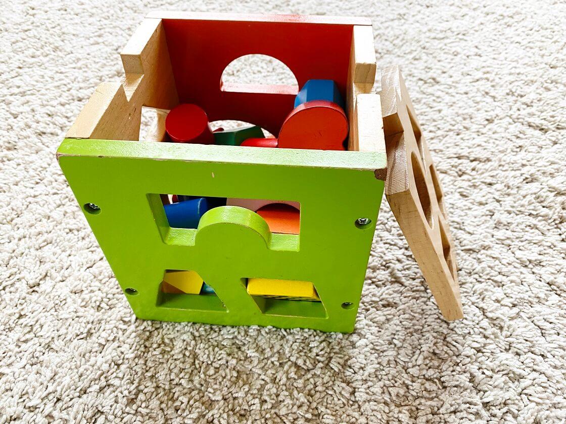 Steckwürfel als Kinderspielzeug ab 1 - Steckwürfel aus Holz eignen sich als tolles Motorikspiel und kann viele Monate verwendet werden