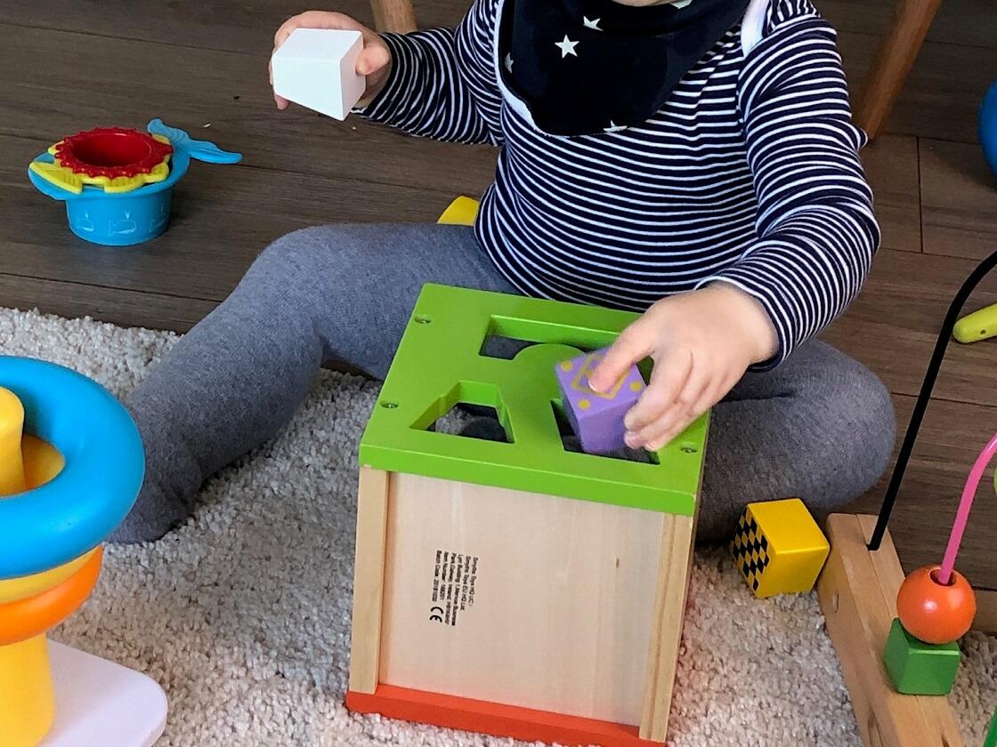 Steckwürfel als Motorikspielzeug ab 1 - Unser Kind hat viel und gerne mit der Steckbox gespielt