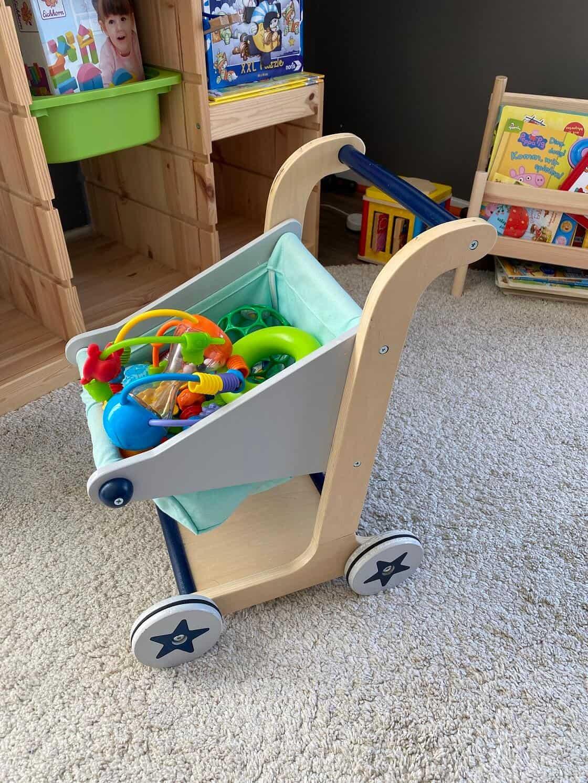 Unser Lauflern Puppenwagen aus Holz - Unser Einkaufswagen von Kindsgut erfreut sich großer Beliebtheit und wird derzeit zum Transportieren von Spielzeug verwendet