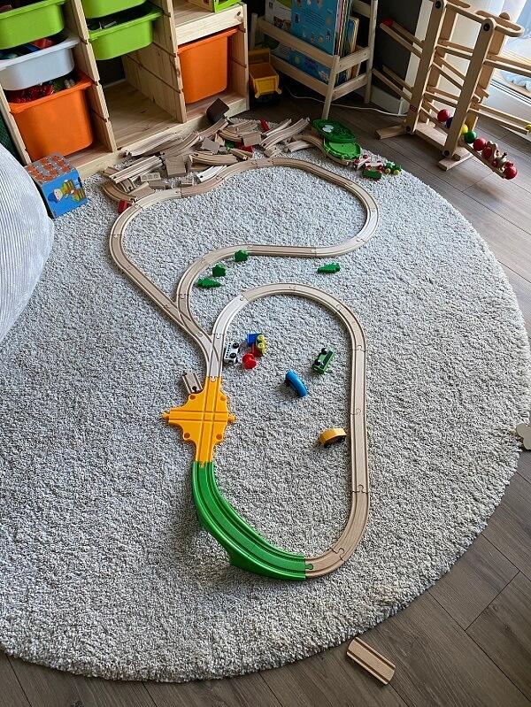 Wir haben mit einem Eisenbahn Startset mit 35 Teilen angefangen und erweitern dieses seit dem regelmäßig um Holzeisenbahn Zubehör