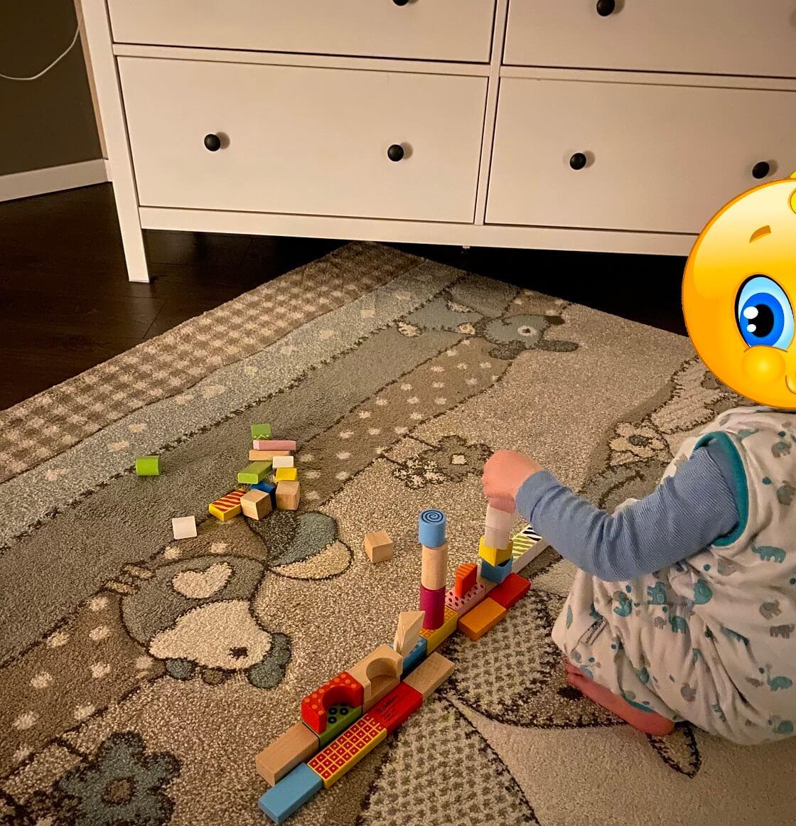 Bei uns wurde gerne auch mal direkt vor dem Einschlafen noch mal mit den Bausteinen gespielt und gestapelt