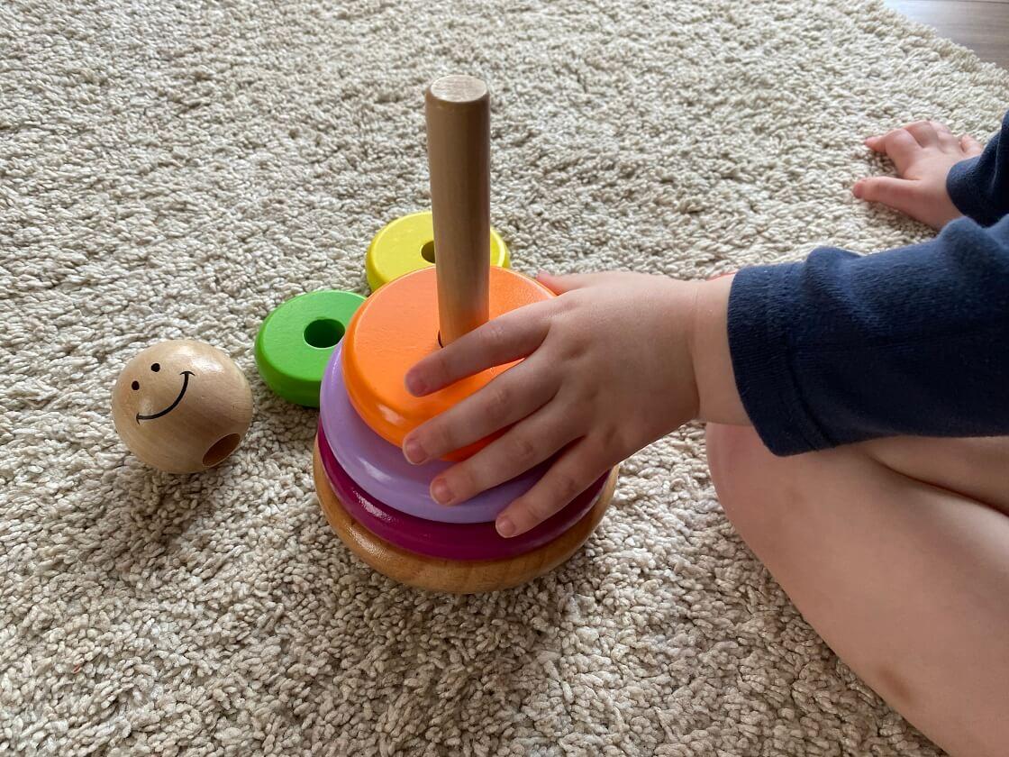 Ein Ringturm für Kinder ab 1 fördert das Fingerspitzengefühl, Geduld und das kreative Denken der Kleinsten