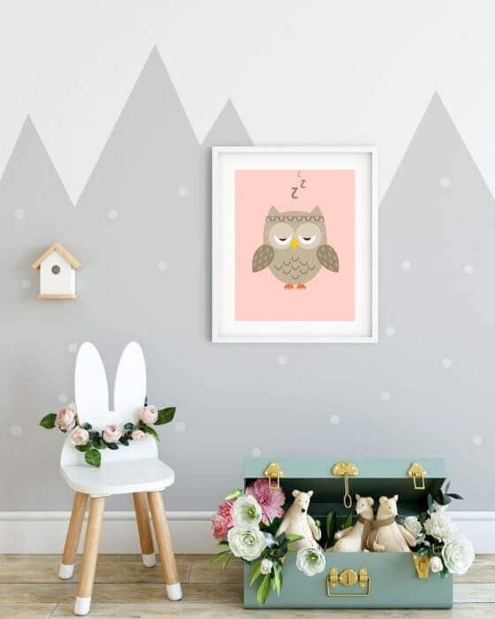 Poster mit der müden Eule in einem weißen Rahmen mit breitem seitlichen Rand - Tolle Wandbilder für Kinderzimmer