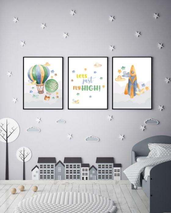 Poster-Set bestehend aus einem Schriftzug, einer Rakete und zwei Heißluftballons - Sieht eingebettet in einem schwarzen, schlichten Rahmen ganz toll aus