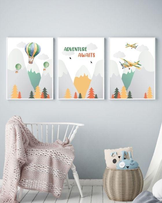 3er Set Wandbilder Berge - Heißluftballons, Flugzeuge, Schriftzug - Hier eingerahmt in einem weißen, schlichten Rahmen