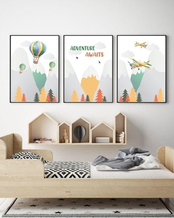 Für Abenteurer: 3er Wandbilder Set mit Bergen, Flugzeug, Ballon, Schrift - Hier in einem schwarzen Rahmen im Naturholz gehaltenen Zimmer