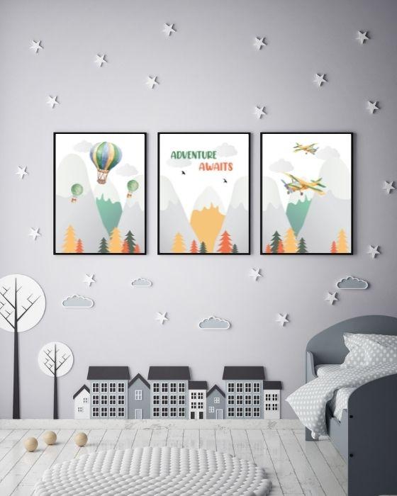Bilder Set 3er Poster mit Bergen, Flugzeugen, Ballons und Schrift - Hier in einem schwarzen Rahmen im grau gehaltenen Zimmer
