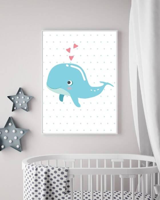 Süßes Poster mit einem blauen Wal auf schlichten, gepunkteten Hintergrund im schmalen Rahmen in Weiß - Ideal für Kinderzimmer