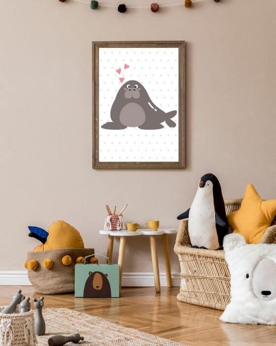 Bild mit einem braunen Walross und gepunktetem Hintergrund im rustikalen, braunen Rahmen - Bilder Kinderzimmer