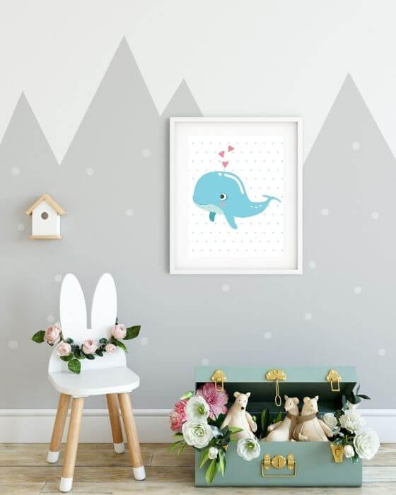 Süße Wandbilder für Babyzimmer: Blauer Wal auf gepunktetem Hintergrund in einem weißen Rahmen mit Seitenrand