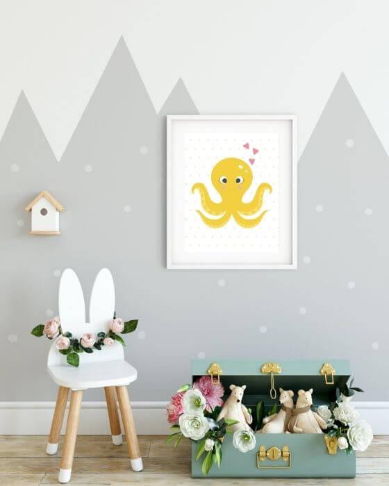 Gelbe Kracke auf gepunktetem Hintergrund im weißen Rahmen mit breitem Rand - Tolle Wandbilder für Kinderzimmer