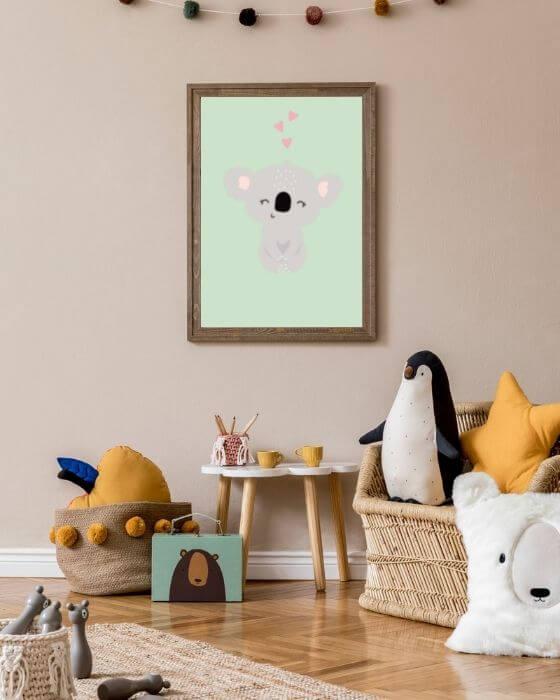 Poster mit einem Koala eingebettet in einem rustikalen, braunen Bilderrahmen