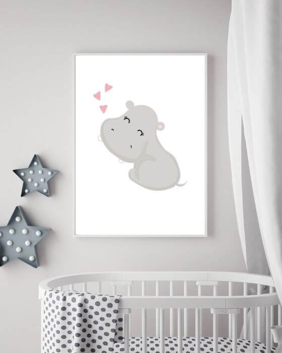 Süßes Tier-Poster für Kinderzimmer: Poster mit einem Nilpferd, sieht eingerahmt in einem weißen, schlichten Rahmen toll aus