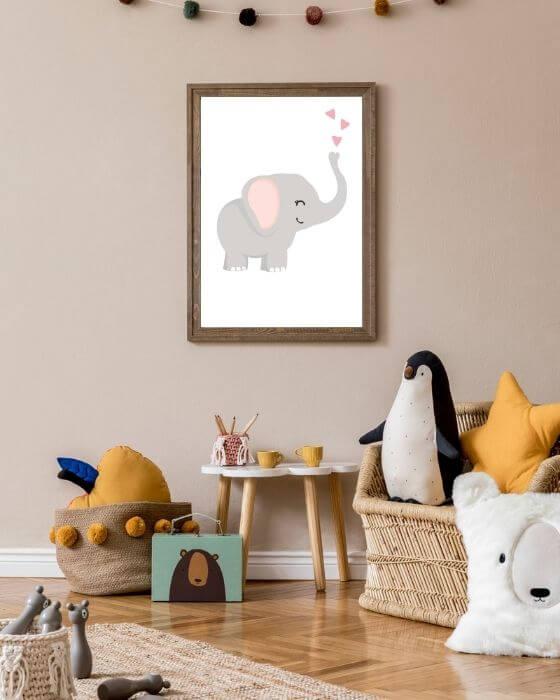 Elefanten-Poster auf weißem Hintergrund eingerahmt in einem rustikalen, braunen Rahmen