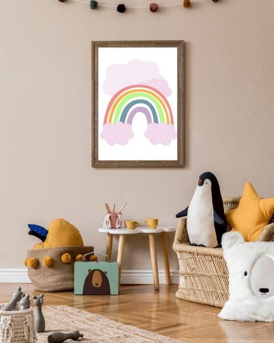Poster mit Regenbogen und rosa Wolken sehen eingebettet in schlichtem, rustikalen Bilderrahmen fantastisch aus