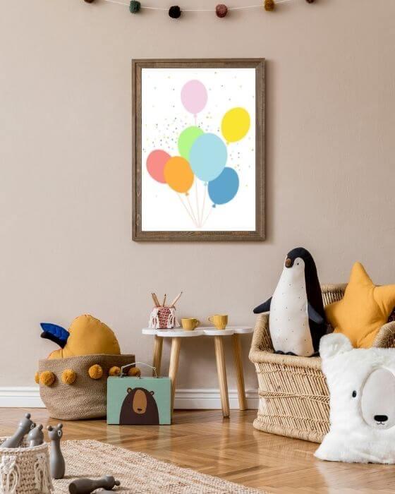 Babyzimmer Ballons Poster - Poster mit bunten Ballons im rustikalen, braunen Rahmen