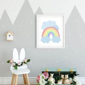 Babyzimmer Bilder Regenbogen - Dieses tolle Poster mit buntem Regenbogen und blauen Wolken sieht in einem weißen Rahmen mit breitem Seitenrand total süß aus