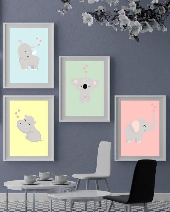 Wandbilder Babyzimmer: Vier Tierposter eingebettet in einem weißen, schlichten Rahmen mit grauem Seitenrand heben sich auf auf dunklen Wänden toll ab