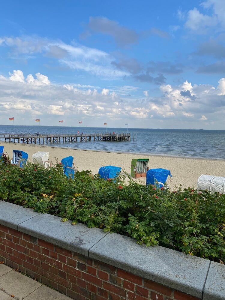 An der Promenade von Wyk auf Föhr kann man toll bummeln, um danach am Strand zu entspannen