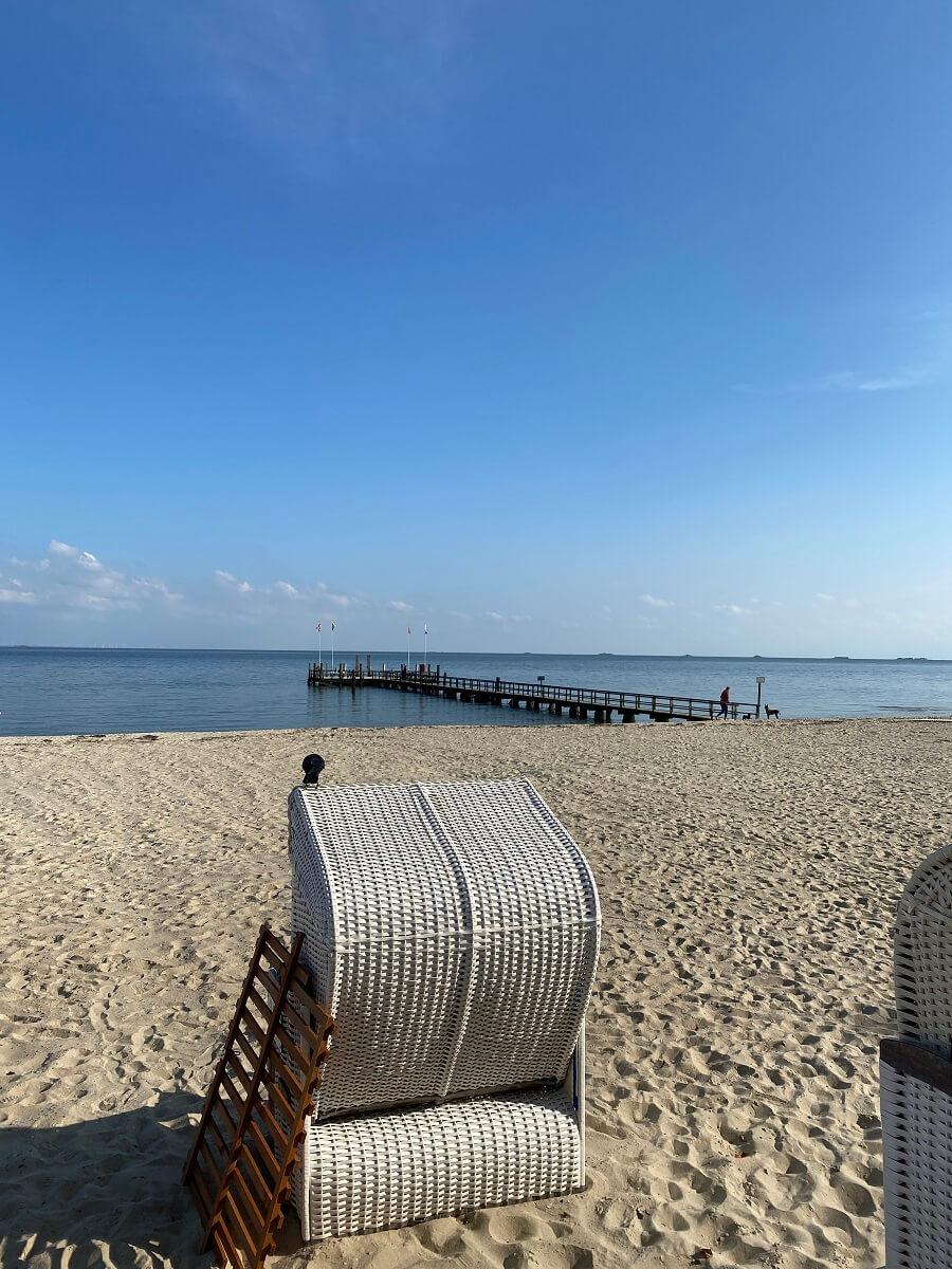 Die Sandstrände von Föhr sind vor allem in den Sommermonaten sehr beliebt zum Baden, bieten aber auch im Herbst noch tolle Stunden zum Schlendern und Verweilen