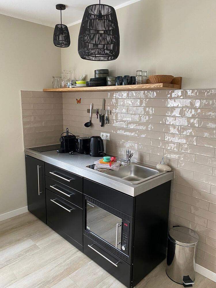 Die kleine Pantry-Küche im Hotelzimmer war perfekt, um das Abendessen und Brei für den kleinsten zuzubereiten