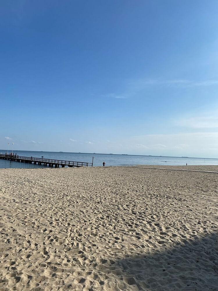 Die weißen Sandstrände in Wyk auf Föhr laden zum Verweilen, Baden und dem Bauen von Sandburgen ein und sind ein tolles Ausflugsziel für einen Familienurlaub an der Nordsee