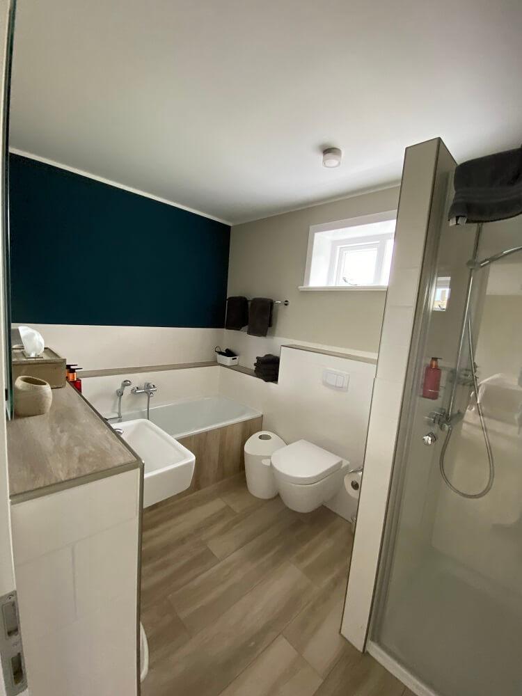 Ein großes Badezimmer mit Badewanne und Dusche ist ideal für Eltern und Kinder
