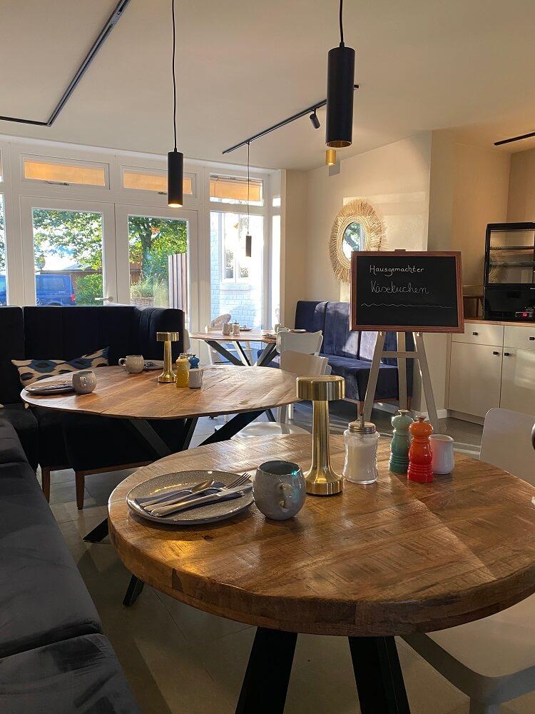 Familienhotel Föhr - Ein toller Einrichtungsstil im Frühstücksraum macht Lust auf einen tollen Tag auf der Insel