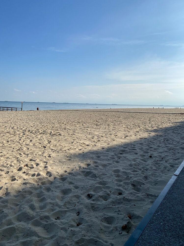 Familienurlaub Nordsee - Blauer Himmel und sommerliche Temperaturen im Oktober, dazu Strand so weit das Auge reicht in Wyk auf Föhr