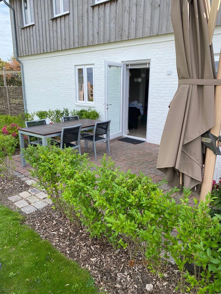 Unser Hotelzimmer auf Föhr hatte eine Terrasse mit direktem Zugang zum Spielplatz - perfekt also für Kinder